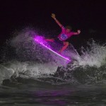 Surfing το βράδι με LED σανίδες!
