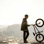 Η αληθινή Αθήνα μέσα από το τιμόνι του BMX rider, Πάνου Μανάρα